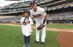 Top Tweets: Hailey's #JourneyTo30 visits Twins at Target Field