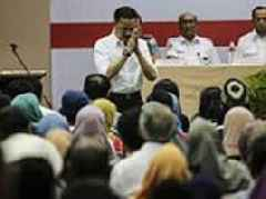 Lion Air crash: Distraught relatives of victims confront airline owner