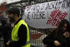 """French students join """"gilet jaunes"""" in protest"""