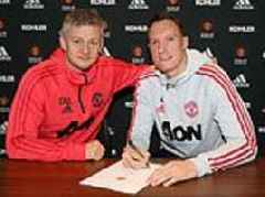 Phil Jones commits to Manchester United until 2023 as defender signs new four-year contract