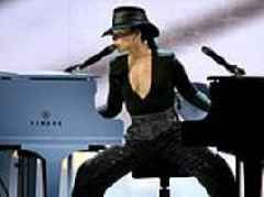 Alicia Keys plays incredible medley with two pianos at the Grammys