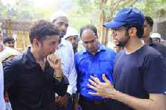 Aaditya Thackeray gets his hands dirty for a good cause