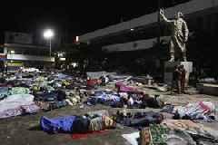 Mexico blocks migrants on road north