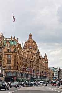 Knightsbridge: Road and district in London