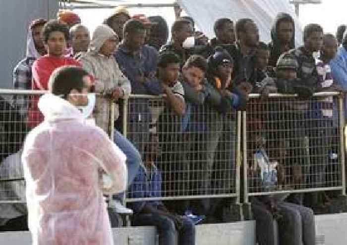 Hundreds of migrants continue to land in Italy despite port ban