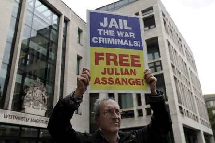 Assange 'offered win-win deal by Trump over Democrats' emails source'