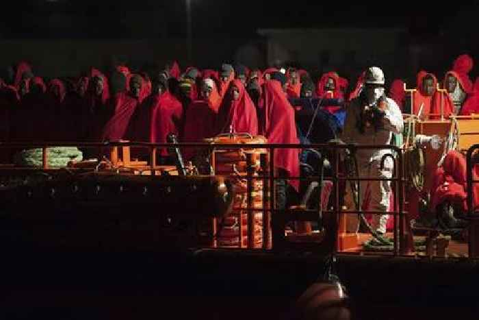 More than 1,600 African migrants reach coast of Canary Islands at weekend