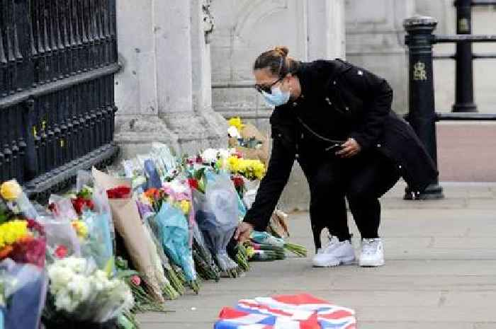 Crowds flock to Buckingham Palace to pay respects - One News Page [UK]