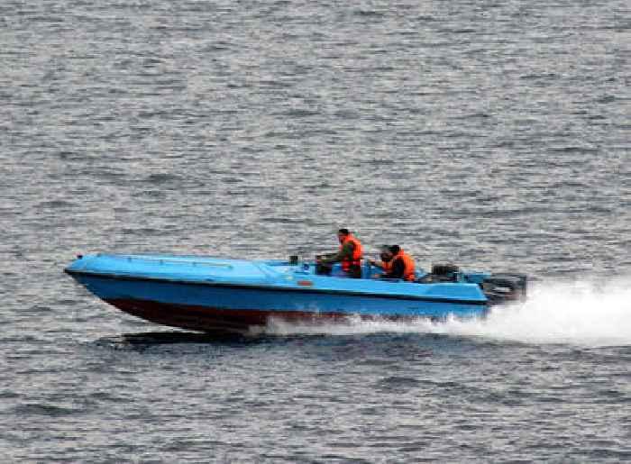 US Ship Fires Warning Shots at 13 Armed Iranians After