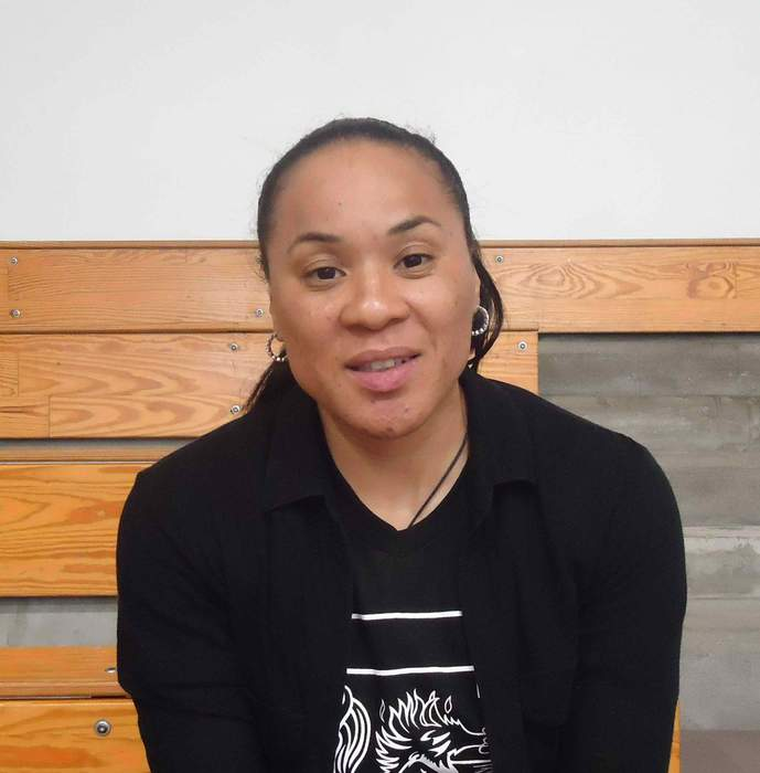 South Carolina coach Dawn Staley pays tribute to late John Chaney with outfit