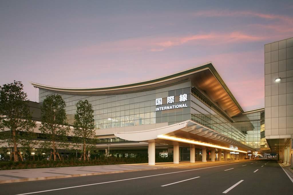 Passengers, restaurants struggle with water cutoff at Haneda terminal