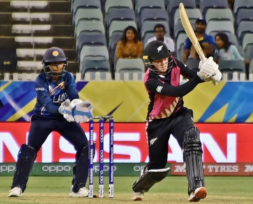 England v New Zealand T20: Tash Farrant's tumbling catch dismisses Maddy Green