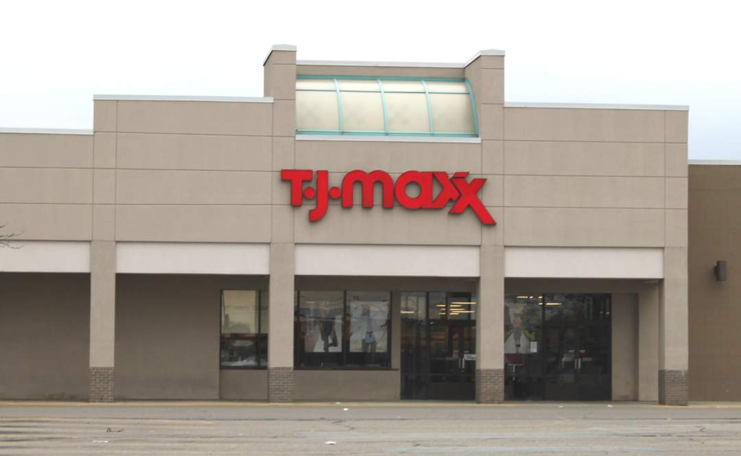 Shoplifters hit Los Angeles area TJ Maxx, casually leave store carrying heap of stolen goods