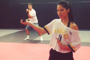 Aaron Rodgers can't compete with Olivia Munn's sword skills