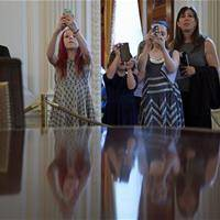 Michelle Obama Rips Up White House 'No Photos' Sign