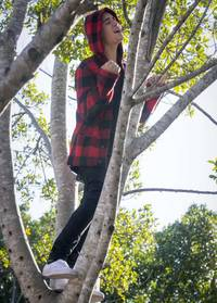 Justin Bieber Sings From The Trees!