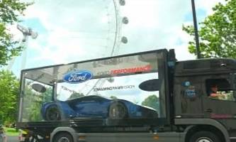 2017 ford gt tours london as if it were a toy car, people adore it - video