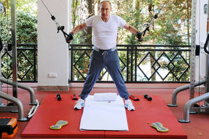 Vladimir Putin shows off how little iron he can actually pump