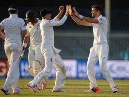 lancashire's james anderson moves to 422 test scaps