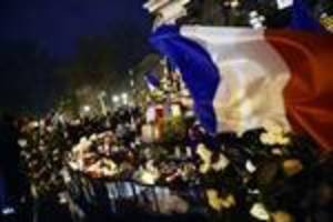 Hollande calls for display of French pride for day of mourning