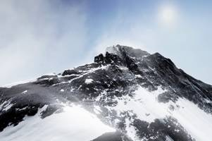 climbing mt. everest in vr is so terrifying that my knees wobbled
