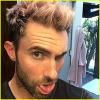 adam levine dyes his hair pastel pink!