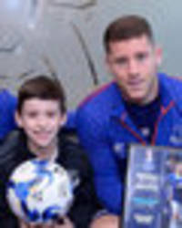 snapped: martinez, barkley, deulofeu and co present nine-year-old with everton award