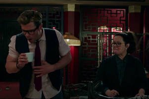 chris hemsworth is puttin' on the ditz in hilarious new ghostbusters featurette