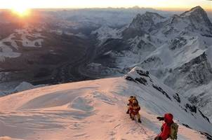 2 Mount Everest climbers die of altitude sickness, 2 others missing