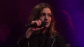 anne hathaway destroys james corden in rap battle