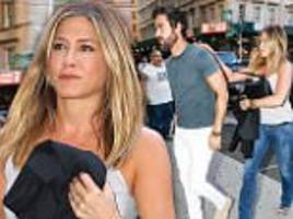 jennifer aniston cuddles justin theroux after sparking pregnancy rumours