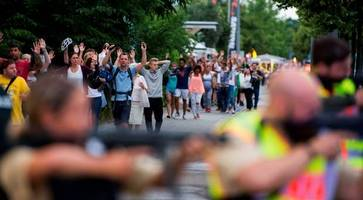 Munich shooting: Nine dead in Olympia shopping centre rampage as police say shooter fled and killed himself