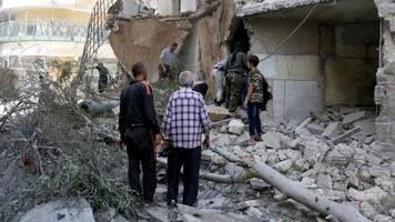 Syria war: New strikes in Aleppo as Syria announces offensive