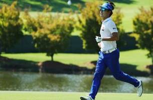 kevin na plays speed golf on pga tour, finishes round in two hours