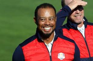 Watch Tiger Woods get kicked out of a Ryder Cup team photo