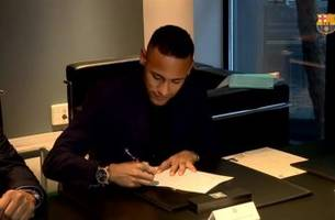 Neymar signs new contract at Barcelona