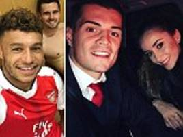 Alex Oxlade-Chamberlain welcomes back Arsenal returnee Carl Jenkinson as duo celebrate Reading scalp with fellow team-mates