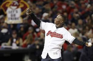 former indians great kenny lofton throws out first pitch of the world series
