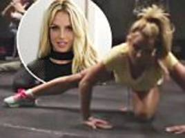 britney spears does the mannequin challenge to celebrate sin city success