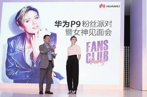 scarlett johansson shoots selfies with fans at huawei p9 fans club party event