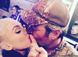 sealed with a kiss! gwen stefani and blake shelton spend thanksgiving in oklahoma