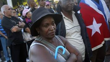 Fidel Castro death: Cubans queue to pay their respects