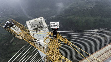 Man climbs unfinished world's tallest bridge to propose to girlfriend; video
