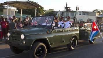 Fidel Castro funeral: Crowds line streets to greet cortege