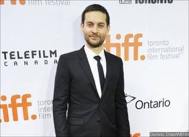 newly single tobey maguire spotted kissing mystery woman after alleged demi moore hookup
