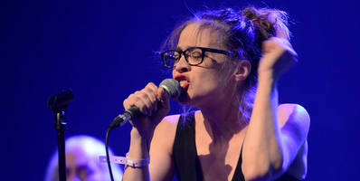 """watch fiona apple perform """"trump's nuts roasting on an open fire"""" at standing rock benefit"""