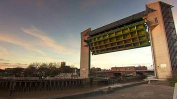 hull tidal barrier lowered in sped-up video