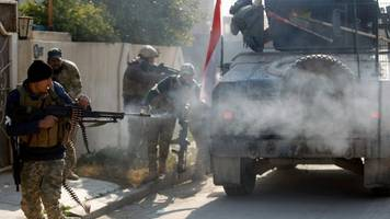 Mosul battle: Iraqi forces clash with IS at university