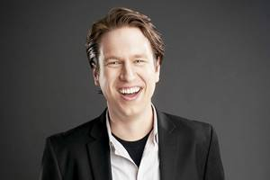 pete holmes says he plays '2007 version' of himself in hbo's 'crashing'