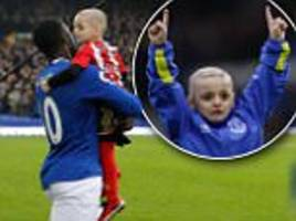 everton striker romelu lukaku carries out club mascot for the day bradley lowery in show of support for terminally ill young sunderland fan